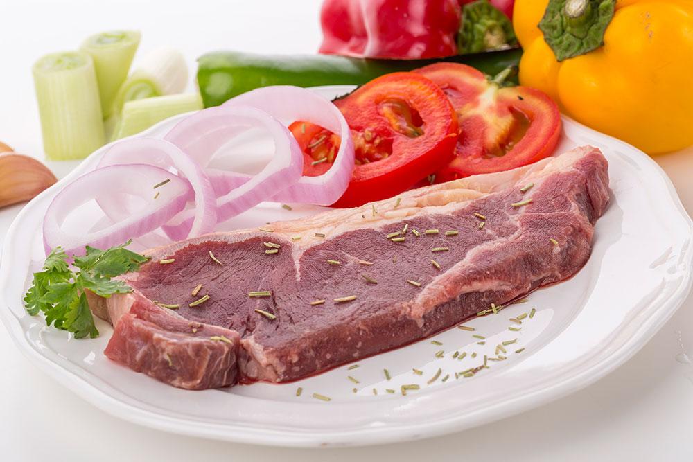 韧度强 有嚼头 肉汁丰富 西冷牛排要比菲力牛排多一些韧性,所以入口更有牛排的芬芳。总体口感韧度强、肉质硬、有嚼头,适合年轻人和牙口好的人吃。食用时,连筋带肉一起切, 能够同时吃到紧实多汁的瘦肉和富有油花的肉筋,能清楚感受到汁水随着牙齿的咀嚼而散溢开来的快感。